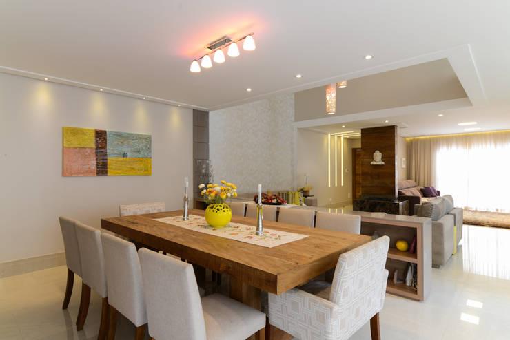 Residência Jardim Avelino: Salas de jantar  por LAM Arquitetura | Interiores