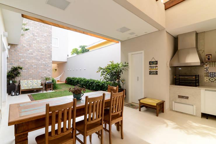 بلكونة أو شرفة تنفيذ LAM Arquitetura | Interiores