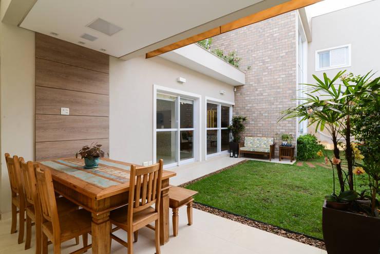 Residência Jardim Avelino: Terraços  por LAM Arquitetura | Interiores