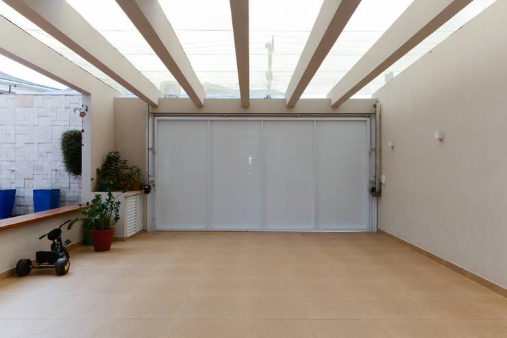 Residência Jardim Avelino: Portas de garagem  por LAM Arquitetura | Interiores
