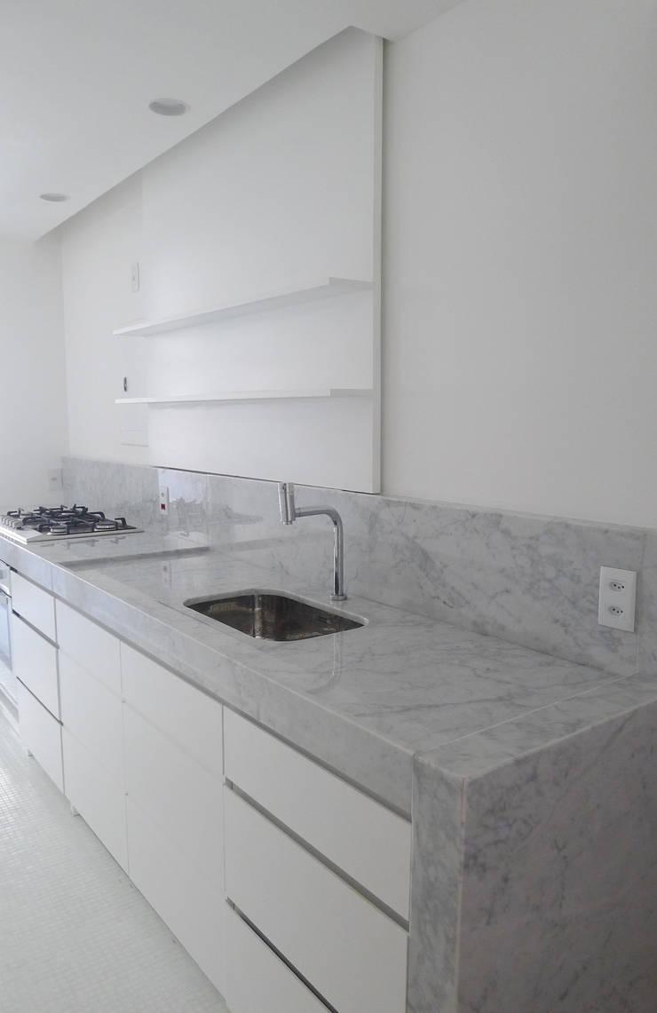 Apartamento K: Cozinhas  por bARST arquitetura e urbanismo