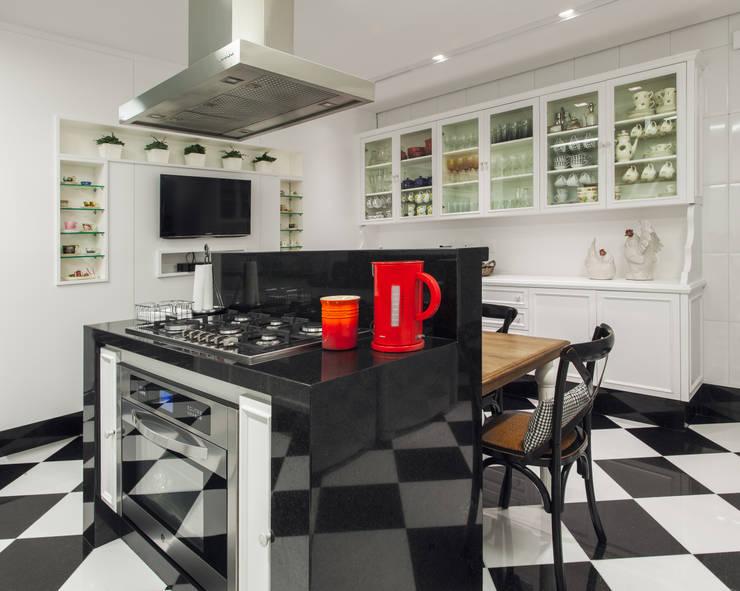 Kitchen by Rosangela C Brandão Interiores, Classic