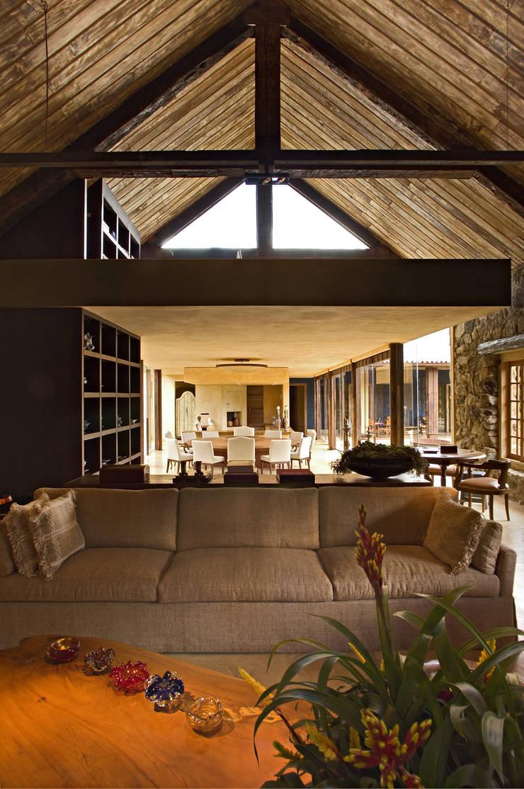 Vista do living: Salas de estar  por Mario Caetano e Eliane Pinheiro