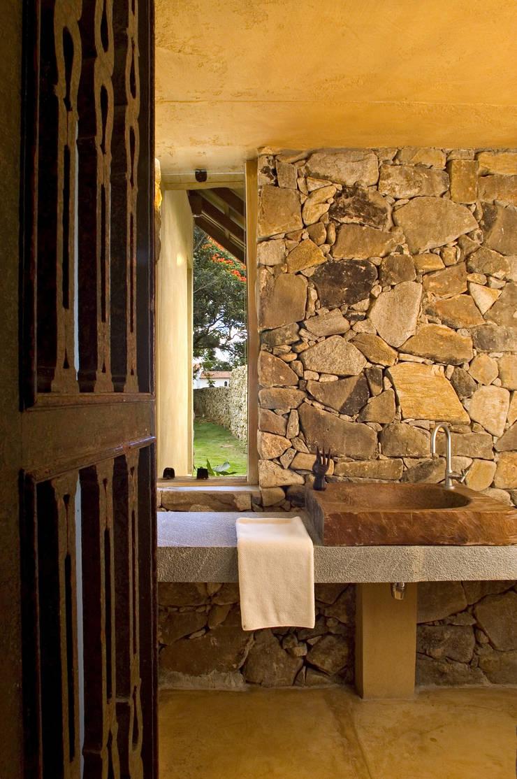 Lavabo: Banheiros  por Mario Caetano e Eliane Pinheiro