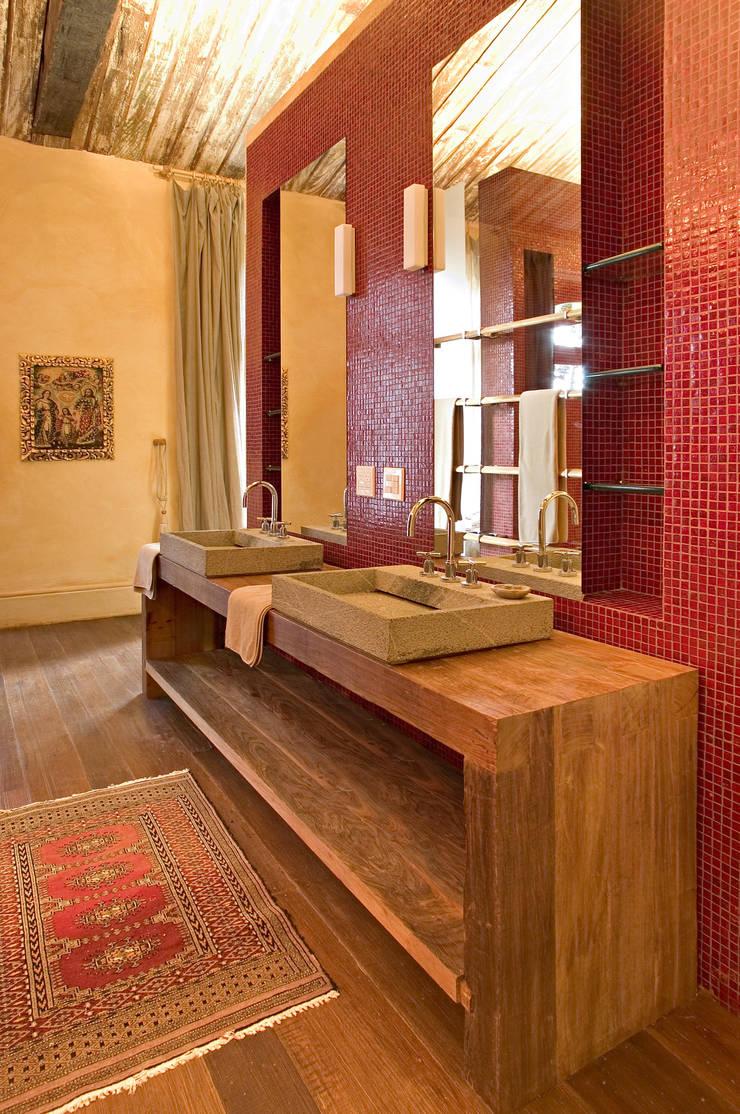 Banheiro Suíte Master: Banheiros  por Mario Caetano e Eliane Pinheiro
