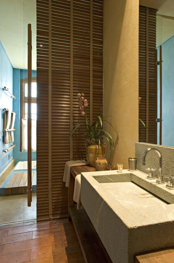 Banheiro Hóspede: Banheiros  por Mario Caetano e Eliane Pinheiro