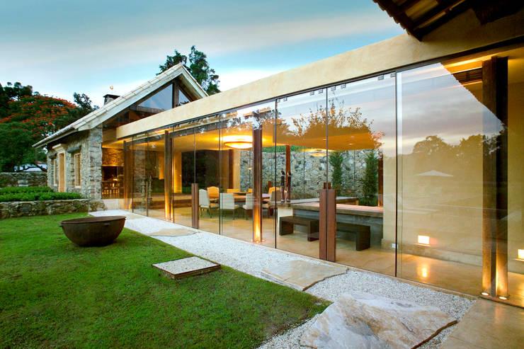 Casas de estilo  por Mario Caetano e Eliane Pinheiro