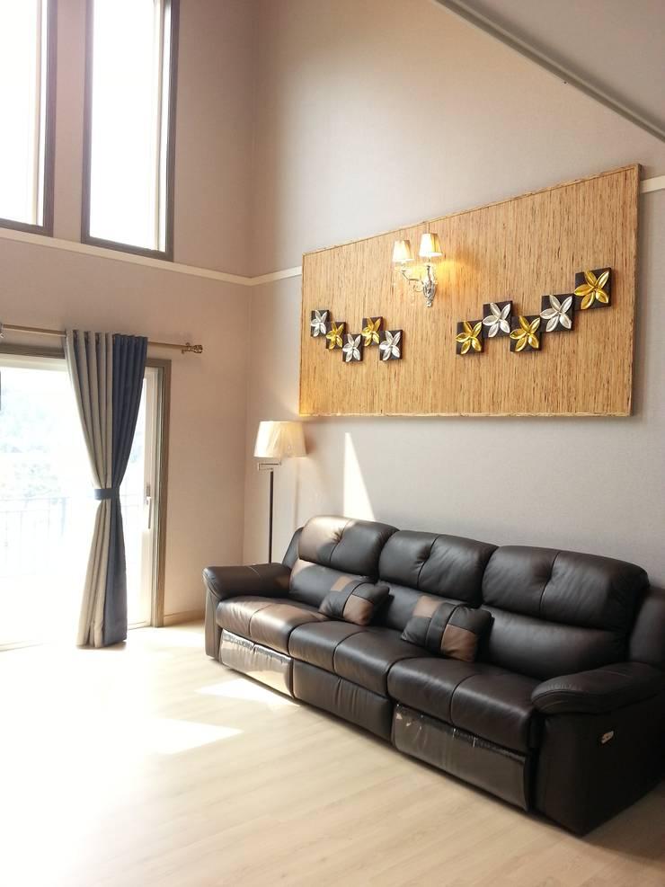 명덕리하우스: Timber house의  거실