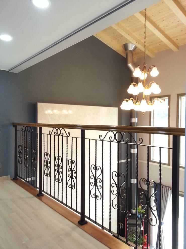 명덕리하우스: Timber house의  발코니, 베란다 & 테라스