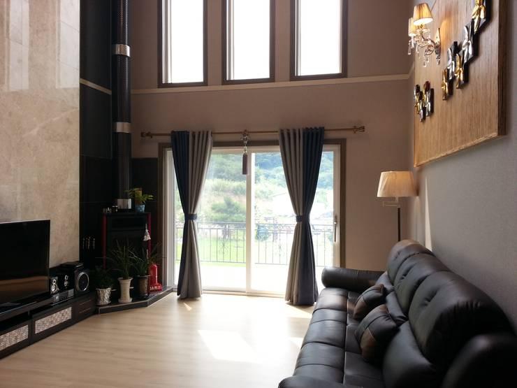 명덕리하우스: Timber house의  창문 & 문