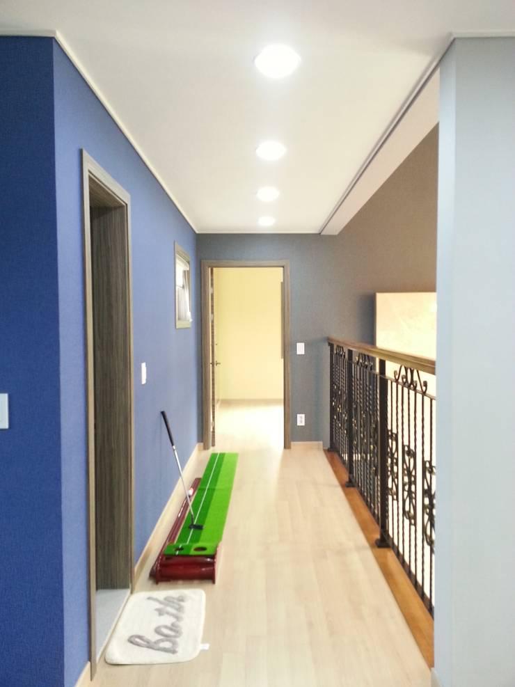 명덕리하우스: Timber house의  복도, 현관 & 계단