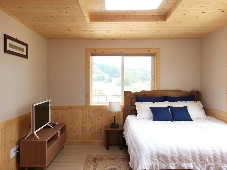 명덕리하우스: Timber house의  침실