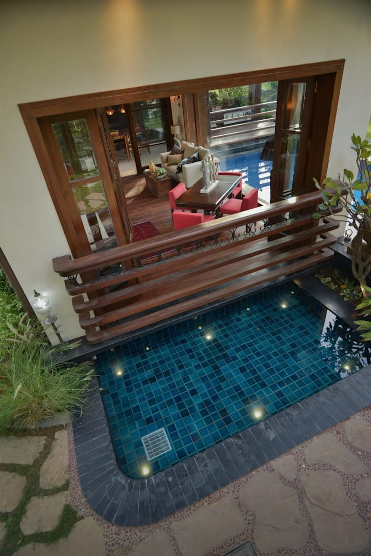 Chattarpur Farmhouse New Delhi:  Pool by monica khanna designs
