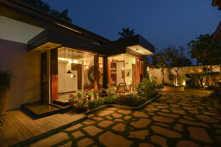 Juanapur Farmhouse:  Balconies, verandas & terraces  by monica khanna designs
