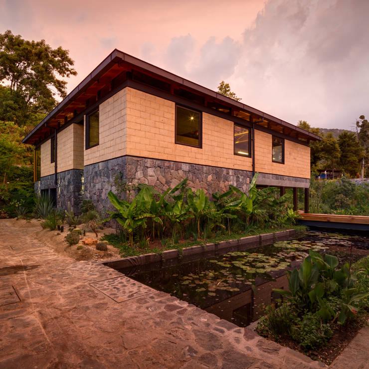 Casas de estilo  de TAAR / TALLER DE ARQUITECTURA DE ALTO RENDIMIENTO