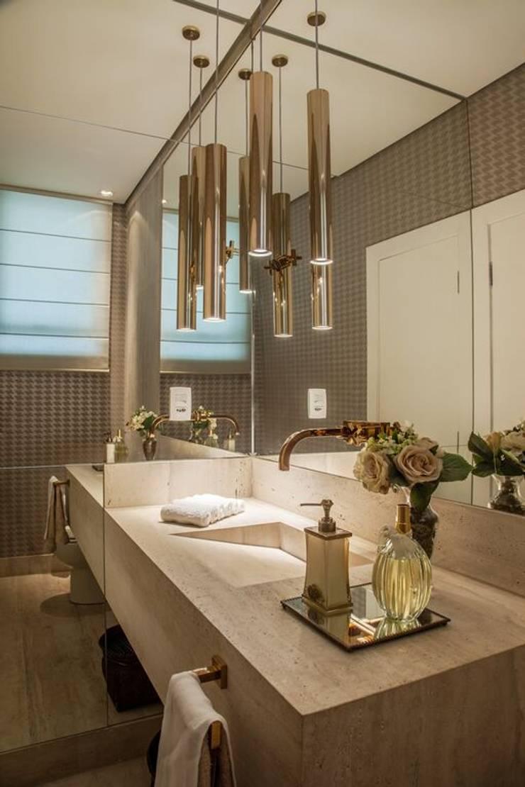 Casa Bairro Alphaville. Belo Horizonte: Banheiros  por Rosangela C Brandão Interiores