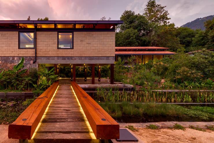Jardines de estilo  por TAAR / TALLER DE ARQUITECTURA DE ALTO RENDIMIENTO
