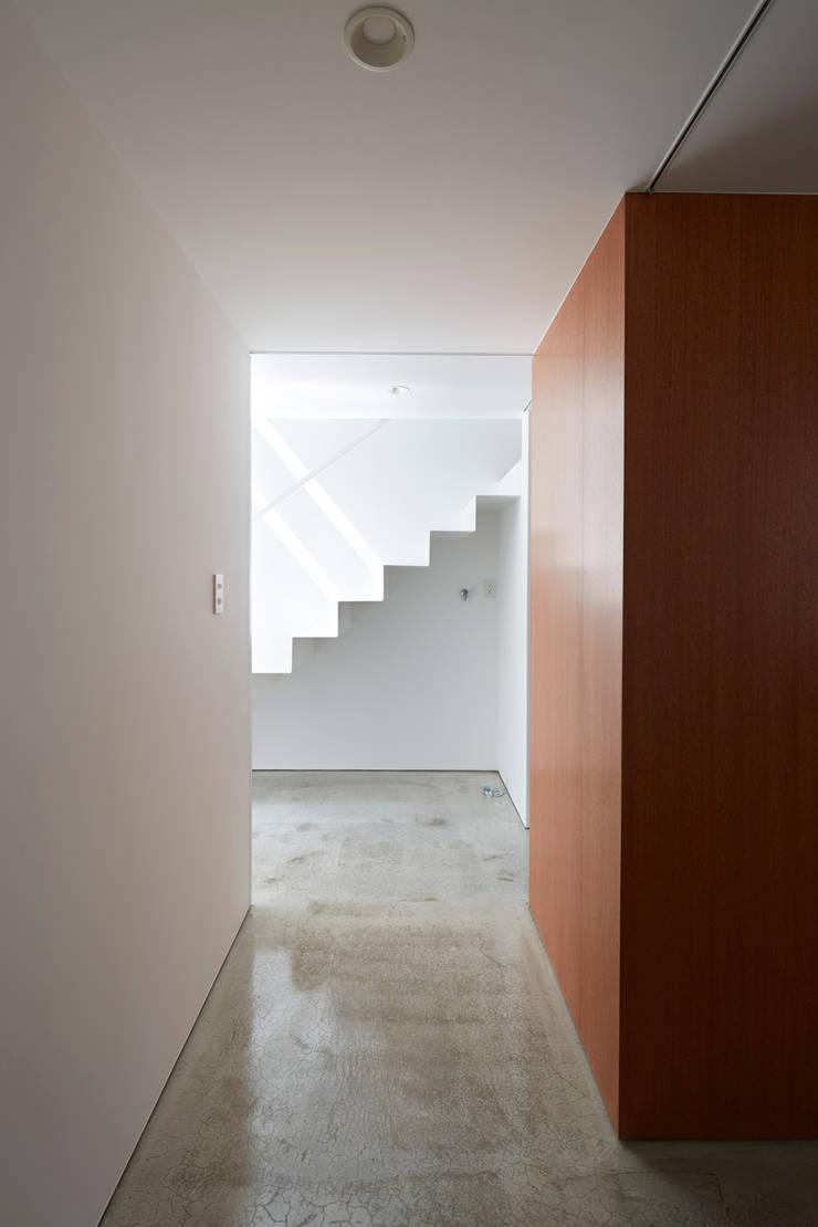 目黒本町の家: 牧野研造建築設計事務所が手掛けた廊下 & 玄関です。