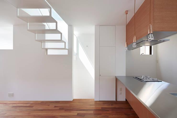 目黒本町の家 モダンデザインの リビング の 牧野研造建築設計事務所 モダン 無垢材 多色