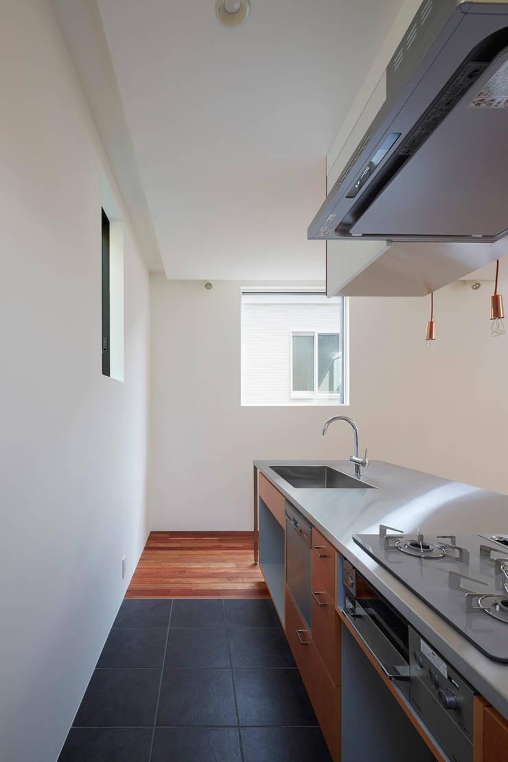 目黒本町の家 モダンな キッチン の 牧野研造建築設計事務所 モダン タイル