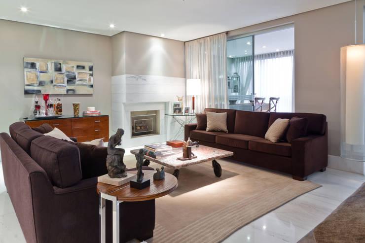 Apartamento Bairro Belvedere II: Salas de estar  por Rosangela C Brandão Interiores