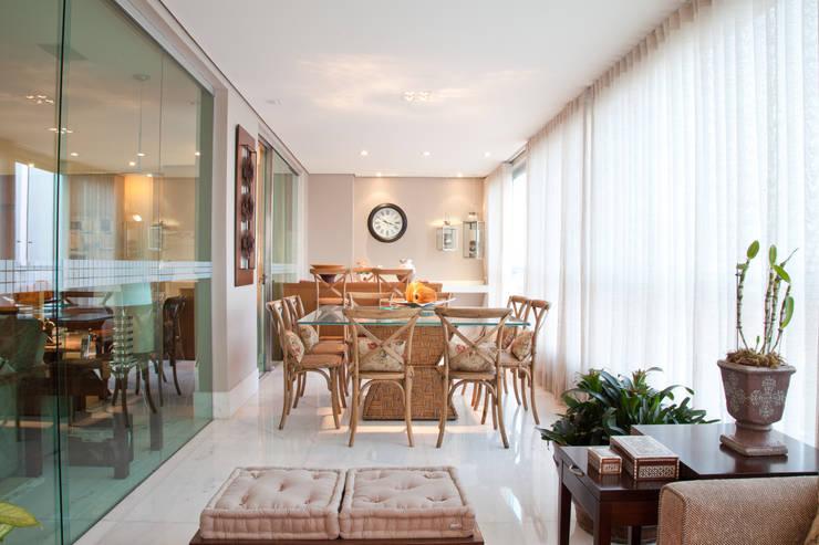 Apartamento Bairro Belvedere II: Terraços  por Rosangela C Brandão Interiores