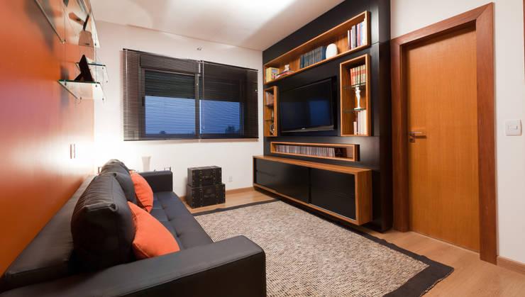 Apartamento Bairro Belvedere II: Salas multimídia  por Rosangela C Brandão Interiores