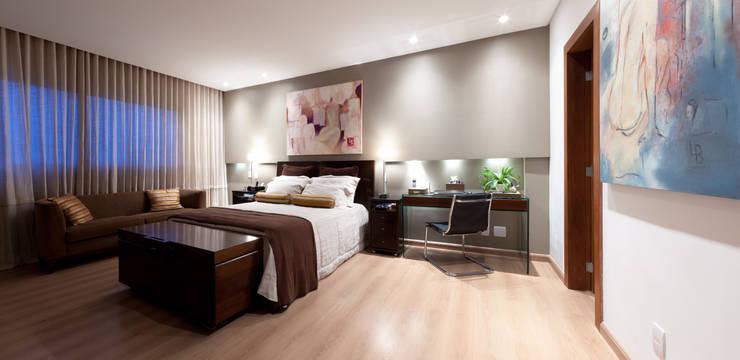 Apartamento Bairro Belvedere II: Quartos  por Rosangela C Brandão Interiores