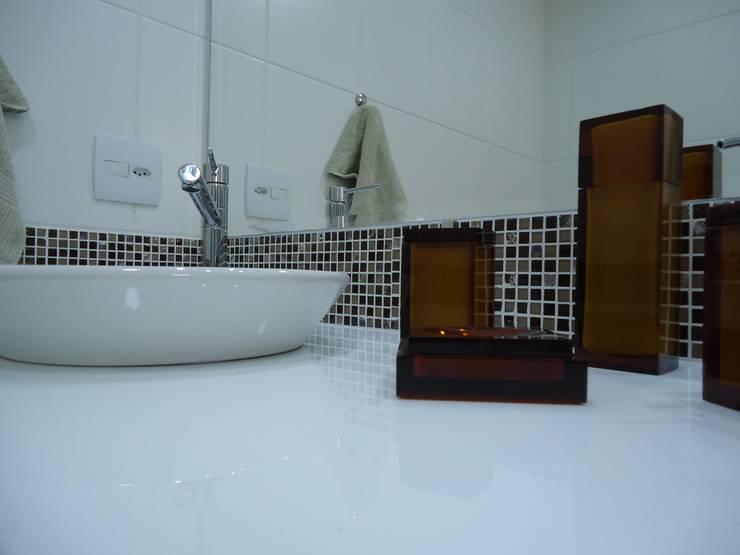 Nanoglass e pastilha de vidro: Banheiros  por Danielle David Arquitetura