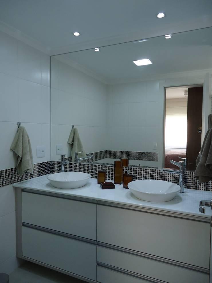 Banheiro suíte: Banheiros  por Danielle David Arquitetura