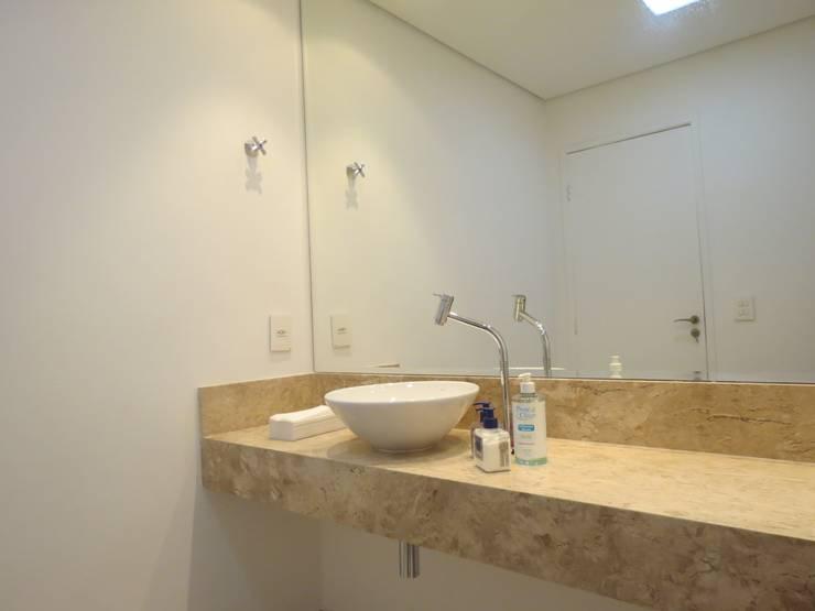Banheiro para clientes: Espaços comerciais  por Danielle David Arquitetura,Moderno