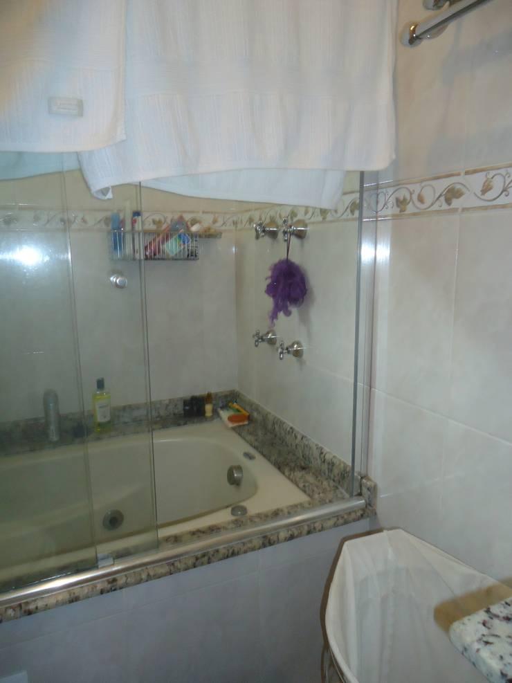 Banheiro box - foto antes:   por Danielle David Arquitetura