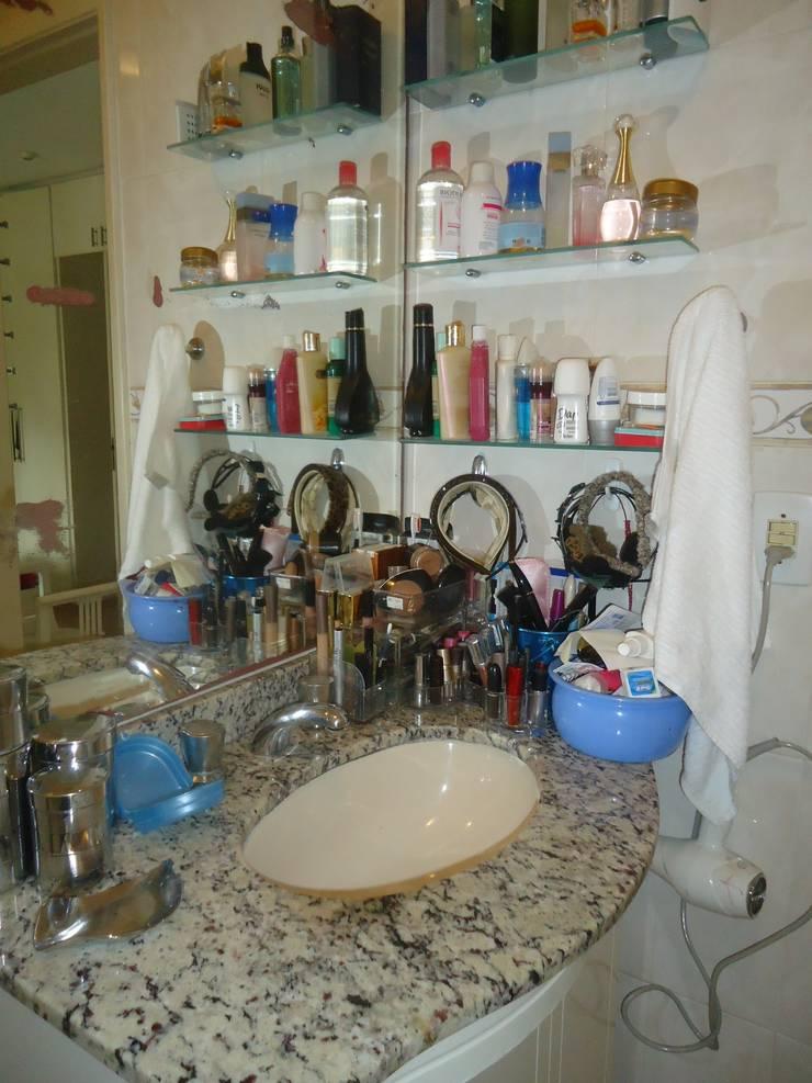 Banheiro antes:   por Danielle David Arquitetura