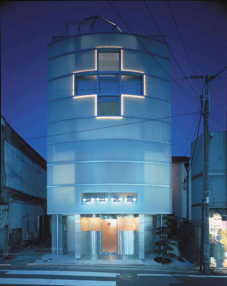 夜景の西外観 モダンな 家 の Guen BERTHEAU-SUZUKI Co.,Ltd. モダン