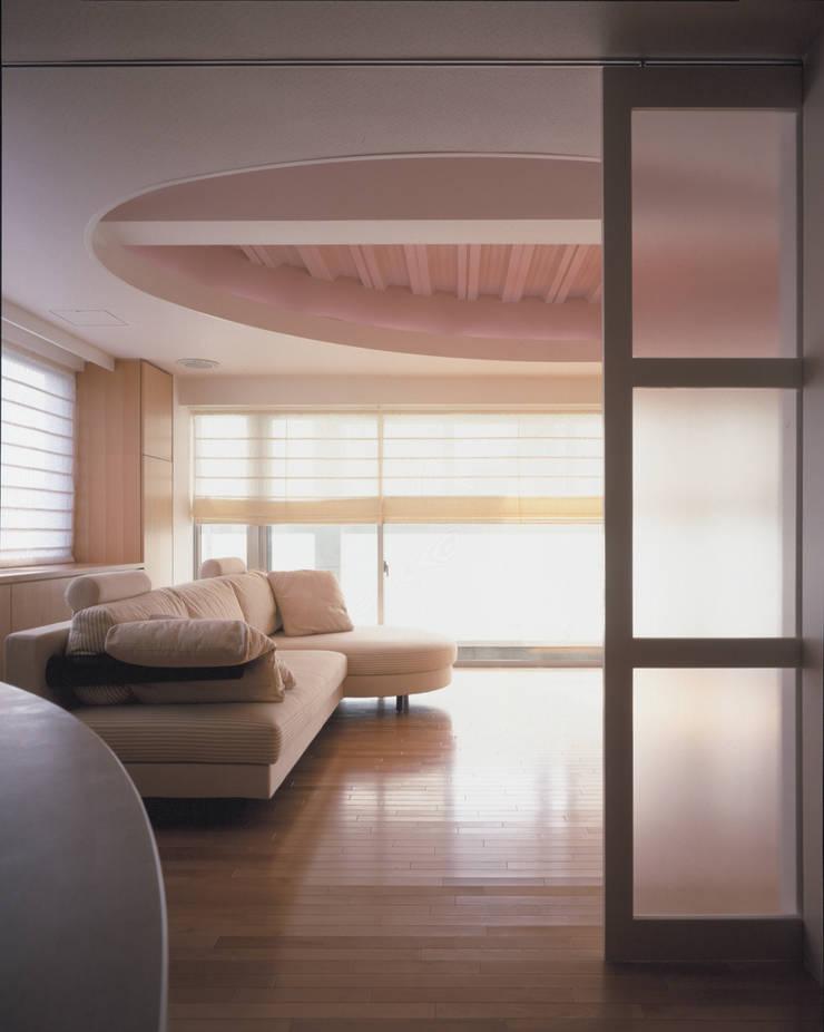 厨房からファミリールームを見る モダンデザインの 多目的室 の Guen BERTHEAU-SUZUKI Co.,Ltd. モダン