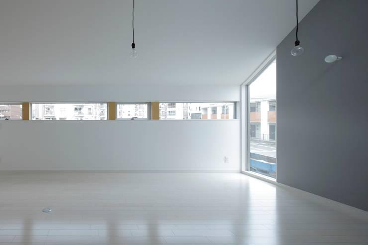リビングからの見る横連続窓: 田原泰浩建築設計事務所が手掛けたリビングです。