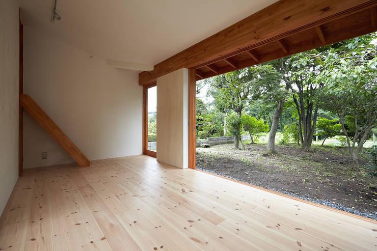 伊香保の小屋: デザインプラネッツ一級建築士事務所が手掛けたリビングです。