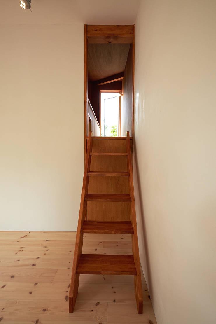 伊香保の小屋: デザインプラネッツ一級建築士事務所が手掛けた廊下 & 玄関です。