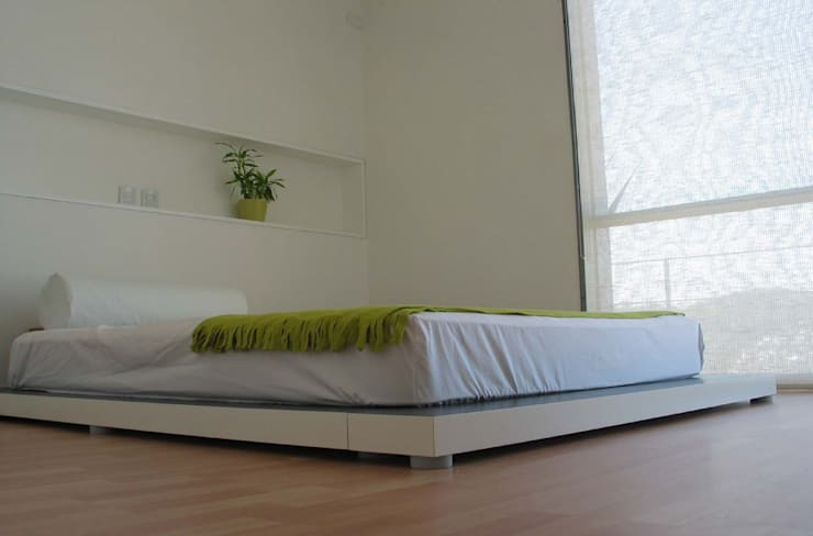 Dormitorios de estilo moderno por planeta diseño + construcción SA de CV
