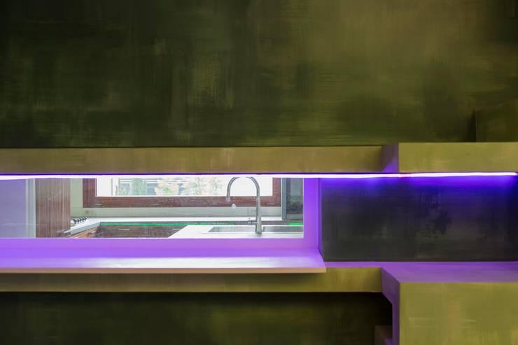 Libreria-affaccio verso la cucina: Sala da pranzo in stile in stile Moderno di officinaleonardo