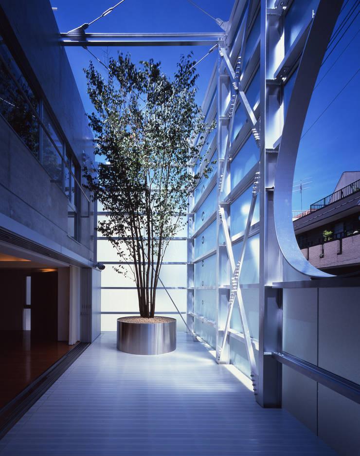Modern terrace by Guen BERTHEAU-SUZUKI Co.,Ltd. Modern