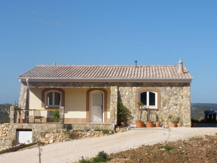 Renovação de Moradia: Casas  por RenoBuild Algarve