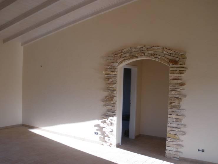 Reboco Decrativo: Salas de estar  por RenoBuild Algarve