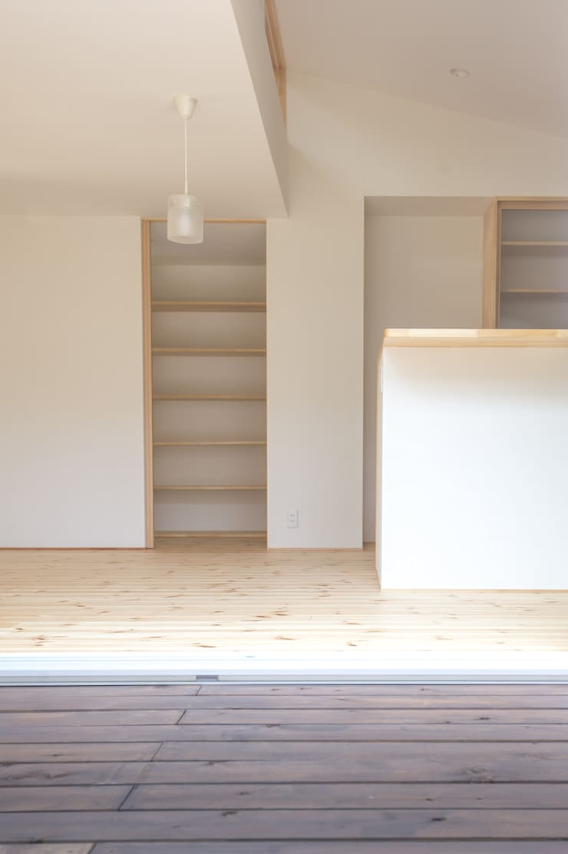 つどう×つながる家: 加藤淳一級建築士事務所が手掛けたキッチンです。