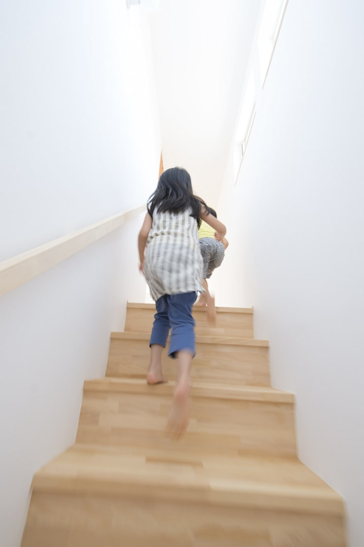 つどう×つながる家: 加藤淳一級建築士事務所が手掛けた廊下 & 玄関です。