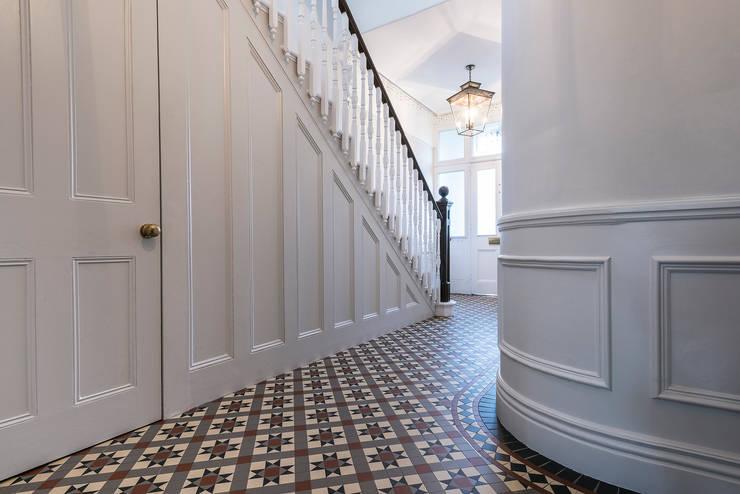 Pasillos y vestíbulos de estilo  por Grand Design London Ltd
