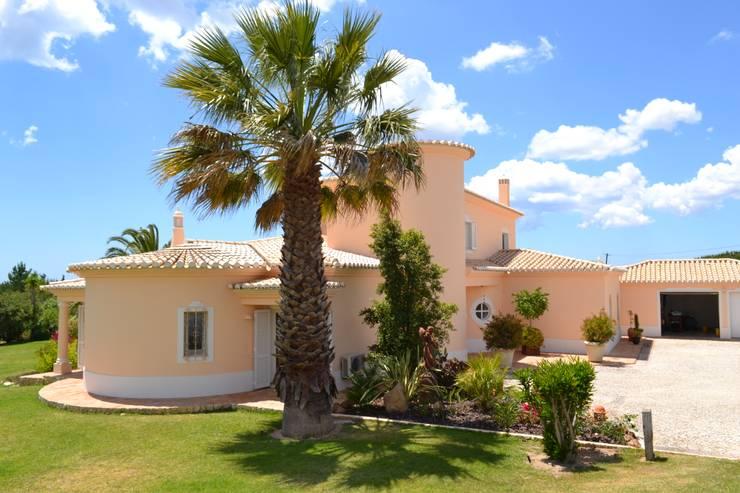 Pintura Exterior: Casas  por RenoBuild Algarve