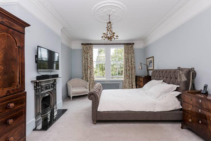 ห้องนอน by Grand Design London Ltd