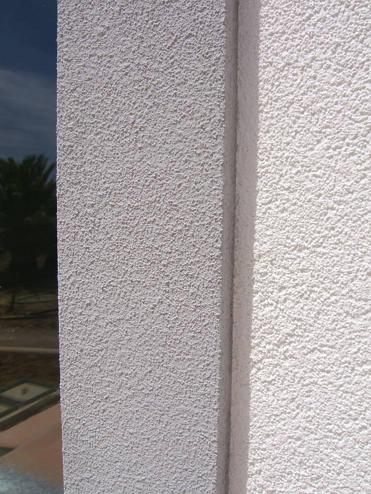 Isolamento Térmico pelo exterior: Casas  por RenoBuild Algarve,Mediterrânico