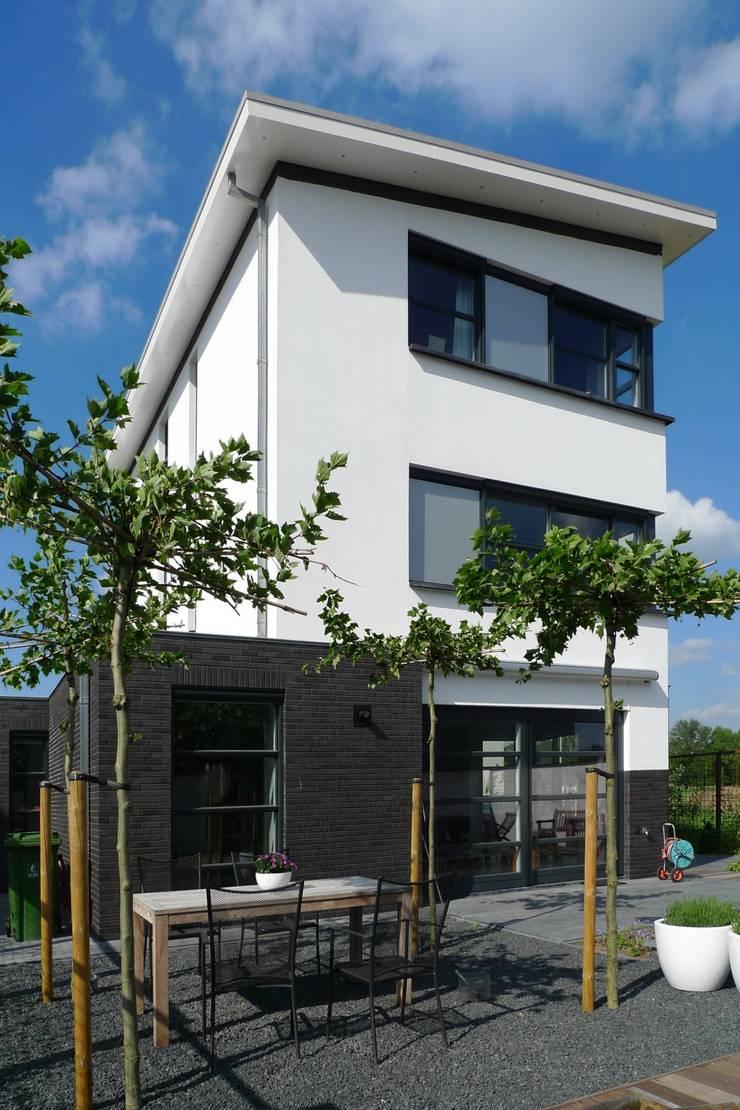 Woonhuis Deventer:  Huizen door ARCHITECTENBUREAU WILLEM DE GROOT, Modern